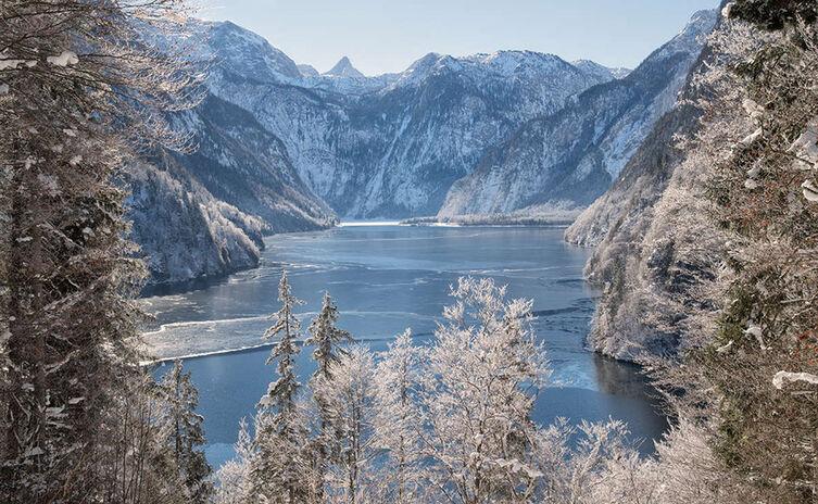 Blick vom Malerwinkel über den teilweise zugefrorenen Königssee