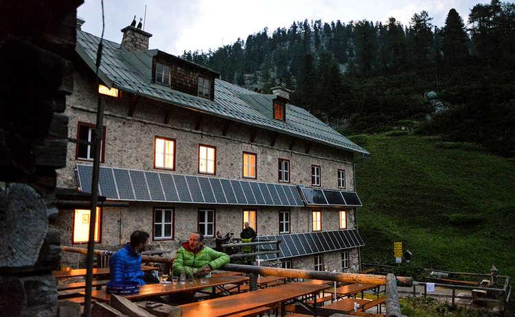 Kaerlingerhaus Abend Terrasse