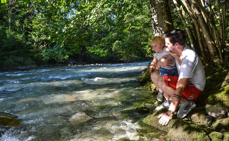 Papa und Sohn am Wasser der Königsseer Ache