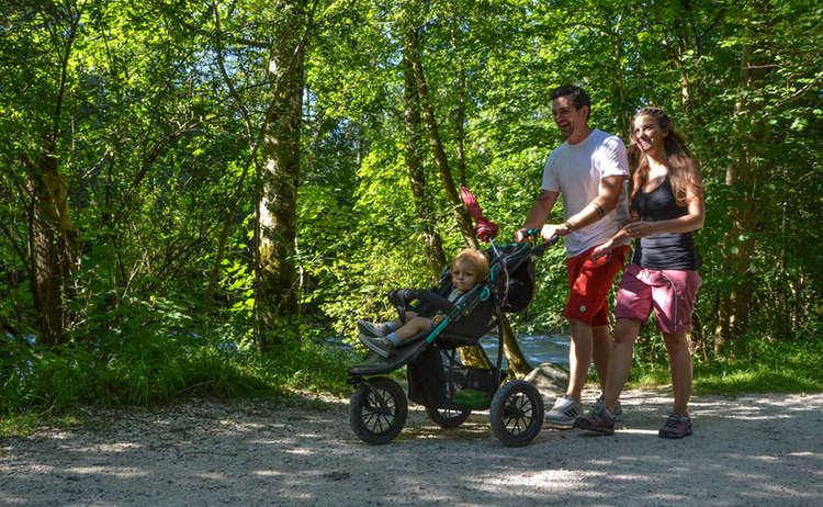 Mit dem Kinderwagen auf dem Königsseer Fußweg