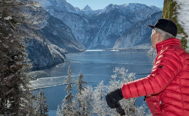 Blick über den winterlichen Königssee nach St. Bartholomä